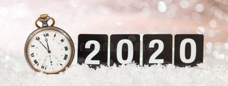2020 anos novos de celebração da véspera Minutos à meia-noite em um relógio velho, fundo festivo do bokeh imagem de stock