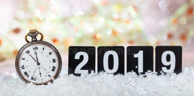 2019 anos novos de celebração da véspera Minutos à meia-noite em um relógio velho, fundo festivo do bokeh imagem de stock royalty free