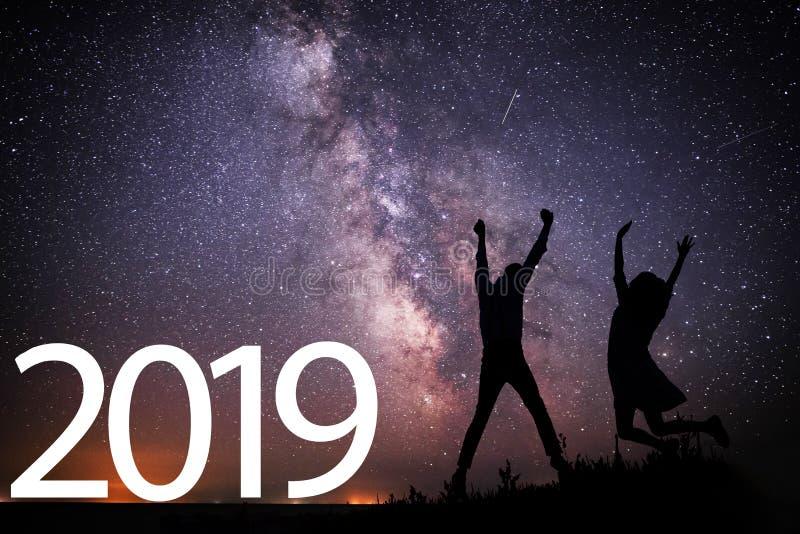 2018 anos novos feliz Fundo da galáxia da Via Látea em um tom escuro do céu da estrela brilhante fotos de stock royalty free