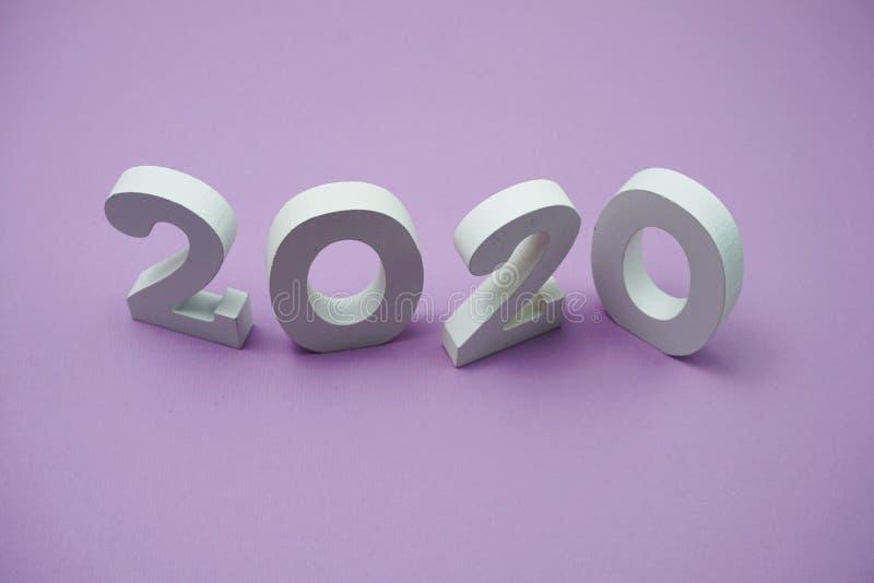 2020 anos novos felizes com cópia do espaço no roxo imagens de stock royalty free