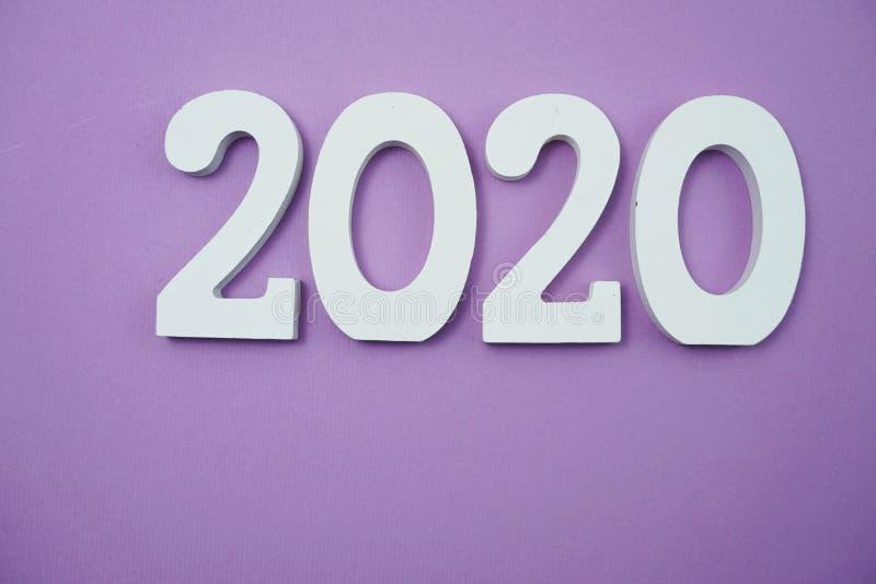 2020 anos novos felizes com cópia do espaço no roxo foto de stock royalty free