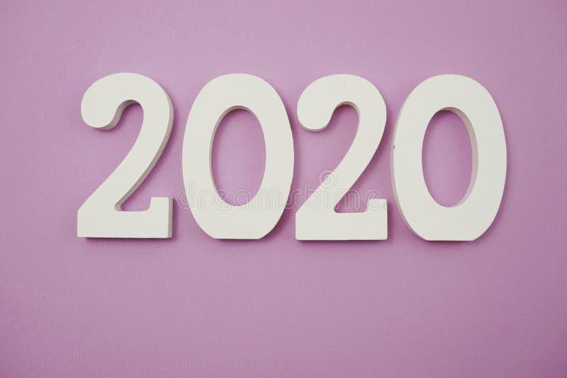 2020 anos novos felizes com cópia do espaço no roxo fotografia de stock