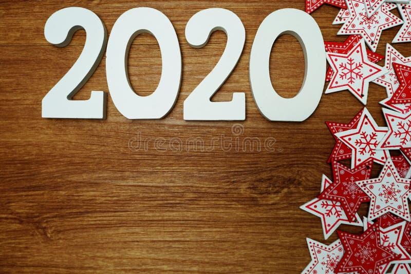 2020 anos novos felizes com a decoração branca e vermelha do ornamento da estrela no fundo de madeira fotos de stock royalty free