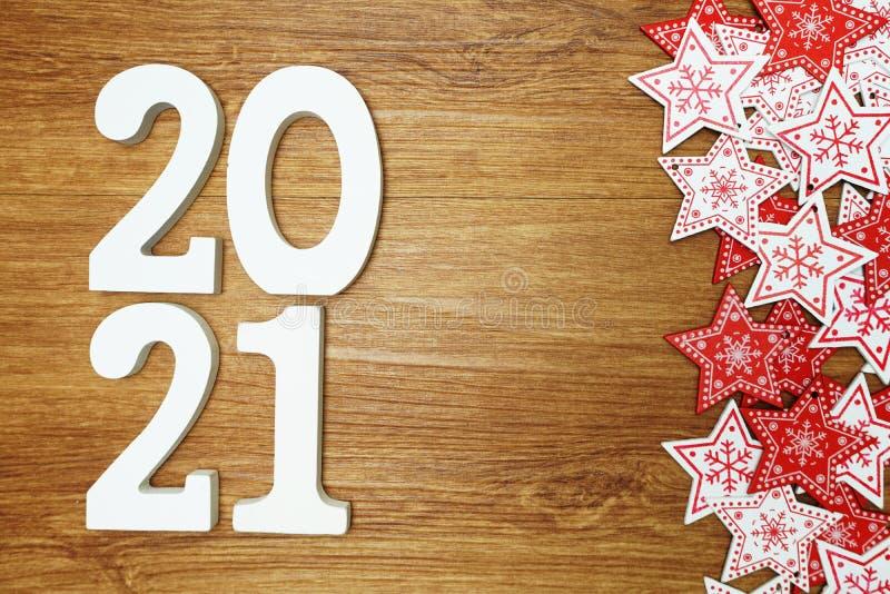 2020 anos novos felizes com a decora??o branca e vermelha do ornamento da estrela no fundo de madeira imagem de stock