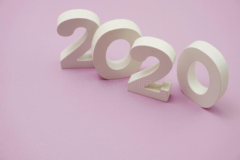 2020 anos novos felizes no fundo roxo imagens de stock royalty free