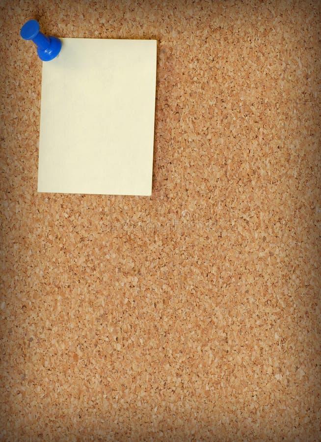 Anote tacheado ao corkboard fotografia de stock