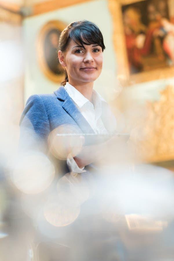 Anpassad kvinna för stående i konstgalleri royaltyfri fotografi