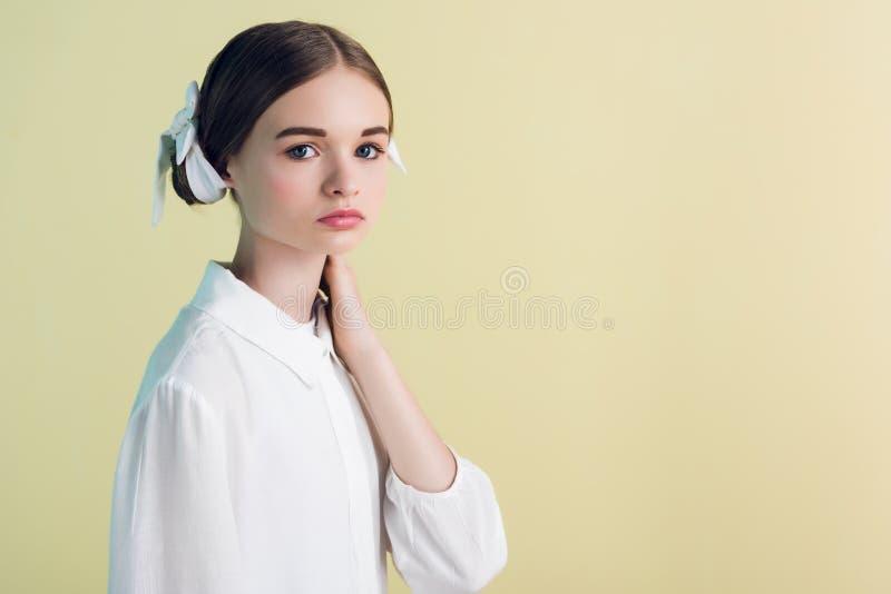 Anreden des jugendlich Mädchens, das in der weißen Ausstattung aufwirft lizenzfreies stockbild
