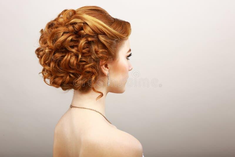 Anreden. Hintere Ansicht der krausen roten Haar-Frau. Haarpflege-Badekurort-Salon-Konzept lizenzfreies stockfoto