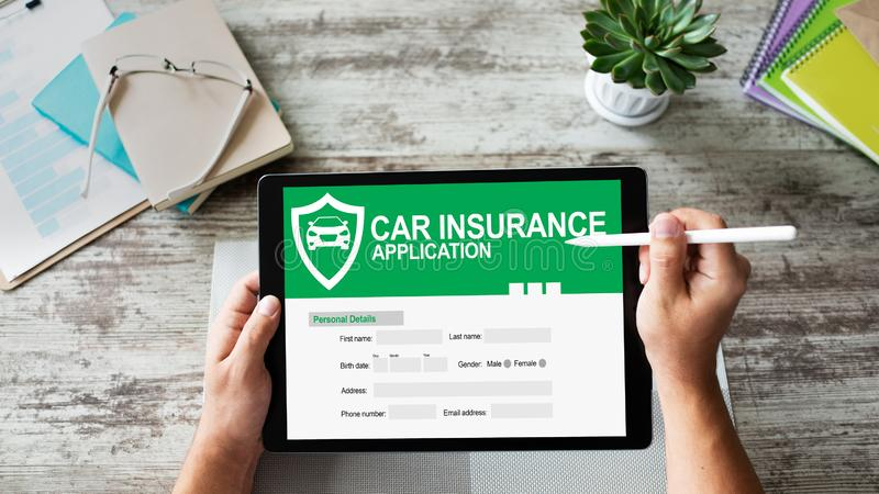 Ansökningsblankett för bilförsäkring på skärmen illustrationinternet för affärsidé 3d royaltyfri foto
