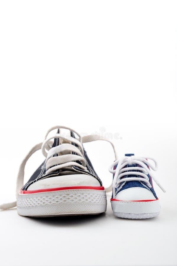 Ans父亲穿上鞋子儿子 免版税图库摄影
