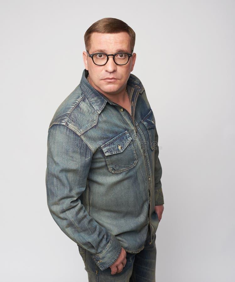 40 ans de ballot L'homme âgé moyen porte des lunettes photos stock