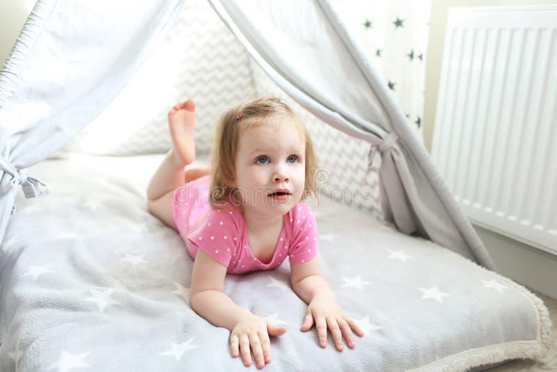Download 2 Ans De Petite Fille Dans La Tente De Tipi Enfoncent à La Maison  Image