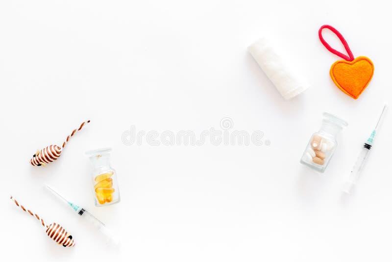 Ansa uppsättningen med husdjur kurera hjälpmedel och leksaker på den vita modellen för den bästa sikten för bakgrund arkivbild
