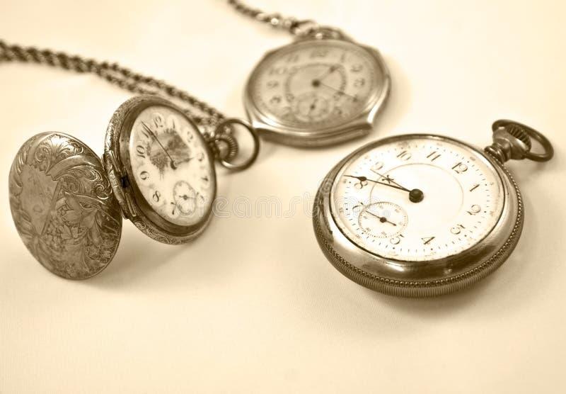 Ansammlung antike Uhren stockbild