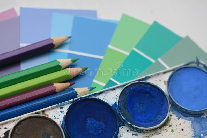 Ansammlung Wasserfarben und -bleistifte stockfotografie