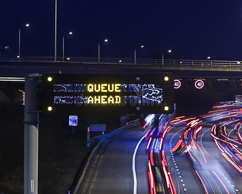 Ansammlungs-Warnung auf beschäftigter Autobahn lizenzfreies stockbild
