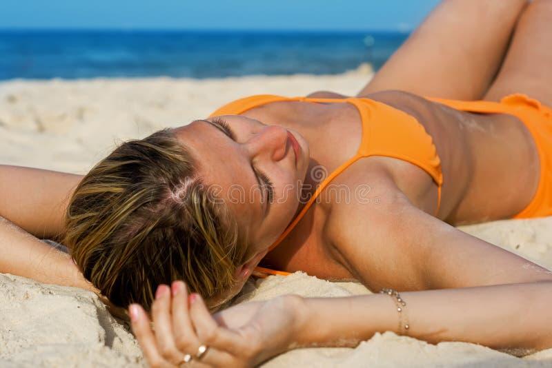 Ansante sulla spiaggia fotografie stock