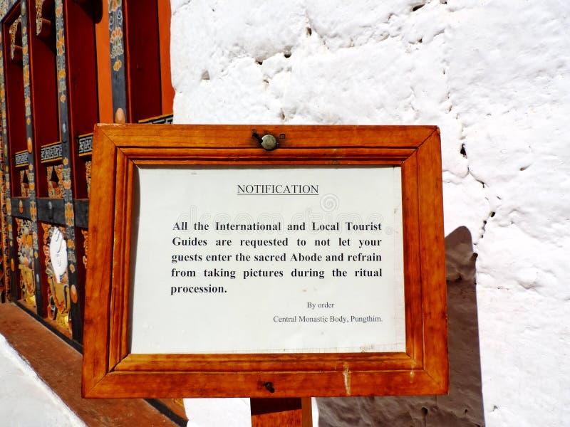 Anschlagtafel bei Punakha Dzong, Bhutan stockfotografie