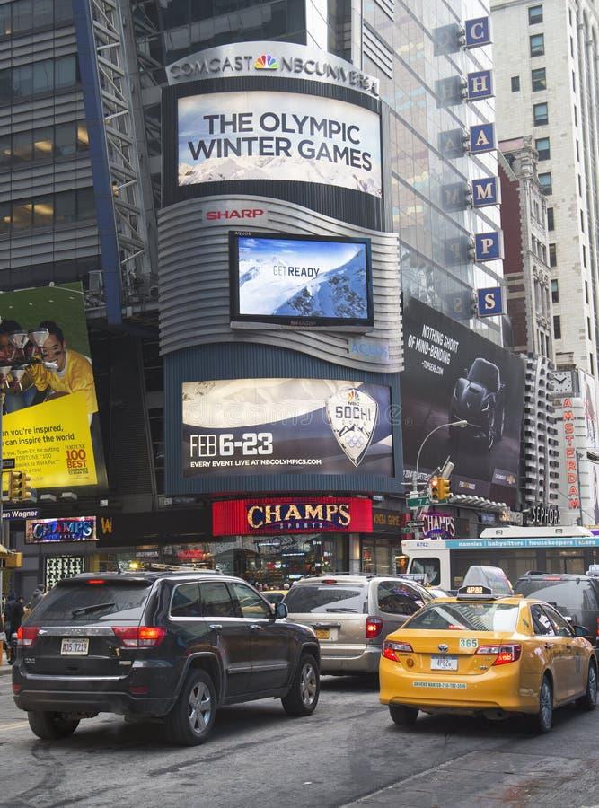 Anschlagtafel Comcasts NBC Universal verziert mit Sochi 2014 olympisches Spiellogo des Winter-XXII nahe Times Square in Midtown Ma lizenzfreies stockbild