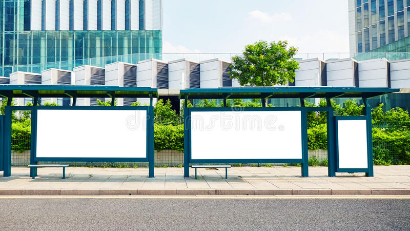 Anschlagtafel des Bushaltestelle-freien Raumes stockfotografie