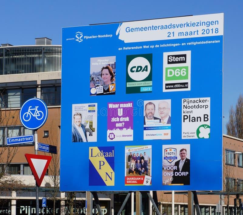 Anschlagtafel für die Wahlen der Stadtverordnetenversammlung in den Niederlanden im Jahre 2018 stockbild