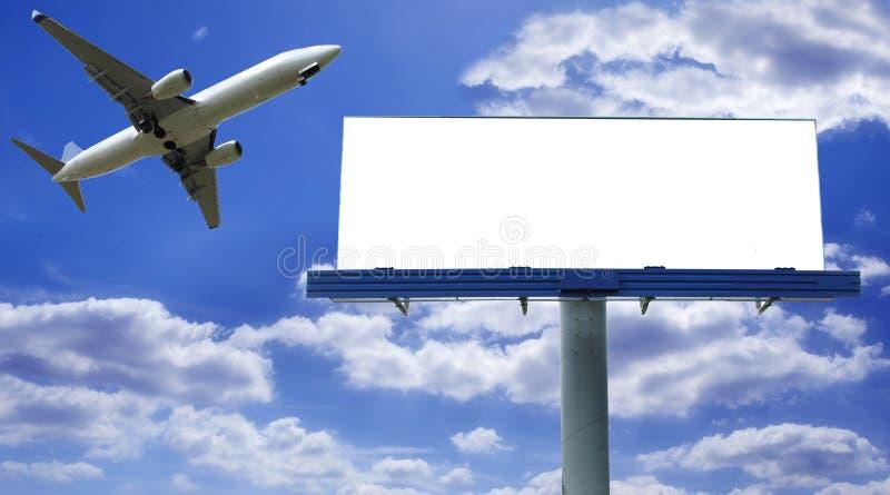 Anschlagtafel mit Flugzeug lizenzfreie stockbilder