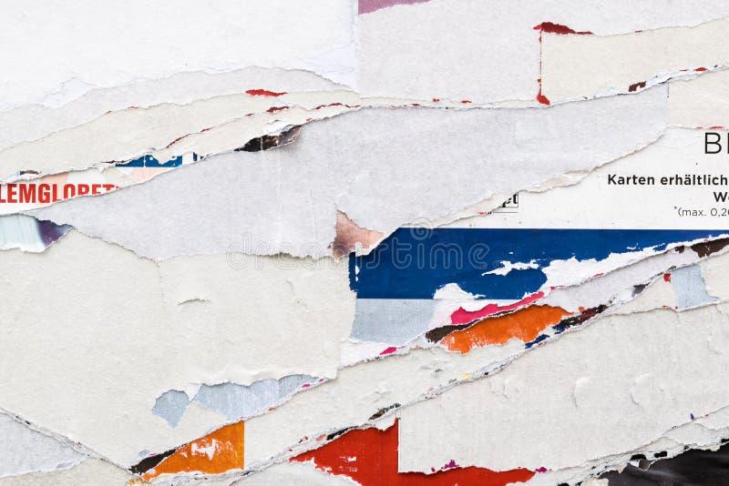 Anschlagtafel mit heftigen Plakaten stockbild