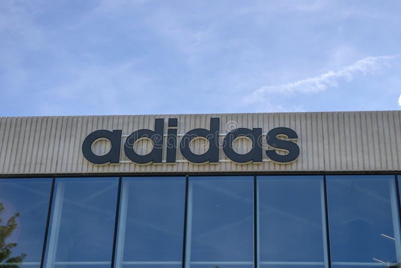 Anschlagtafel von Adidas Company in Amsterdam die Niederlande 2019 lizenzfreies stockbild