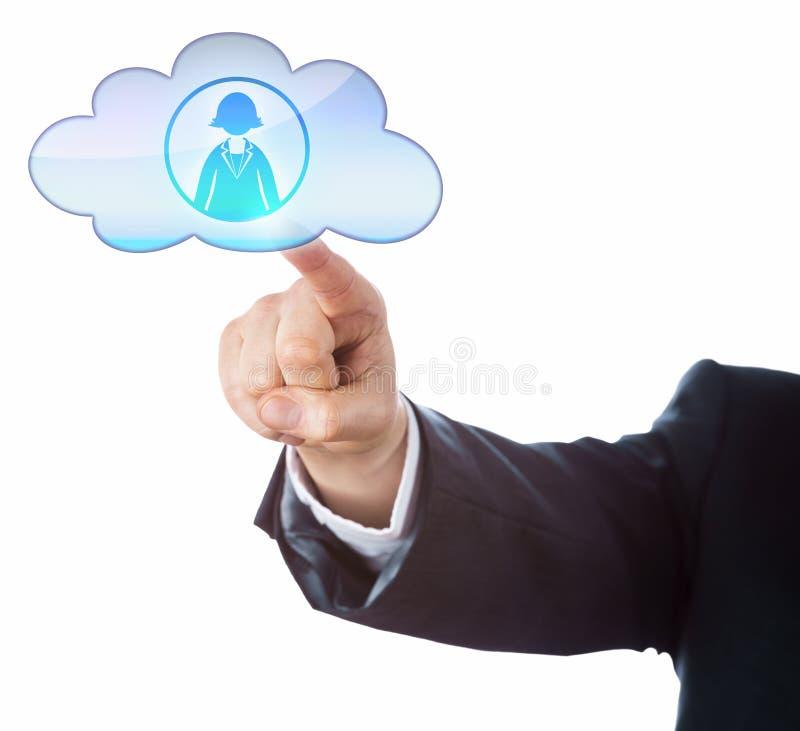 Anschließen an weiblichen Büroangestellten in der Wolke stockfoto