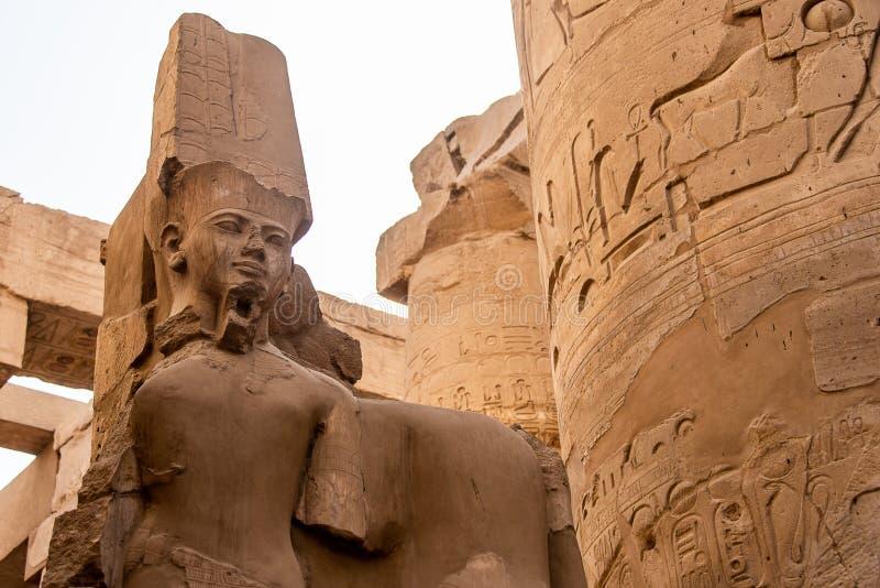 Anscient świątynia Karnak w Luxor, Archology Ruine Thebes Egipt obok Nile rzeki - obraz stock