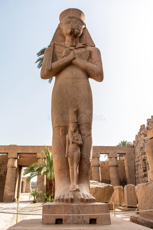 Anscient świątynia Karnak w Luxor, Archology Ruine Thebes Egipt obok Nile rzeki - zdjęcie royalty free