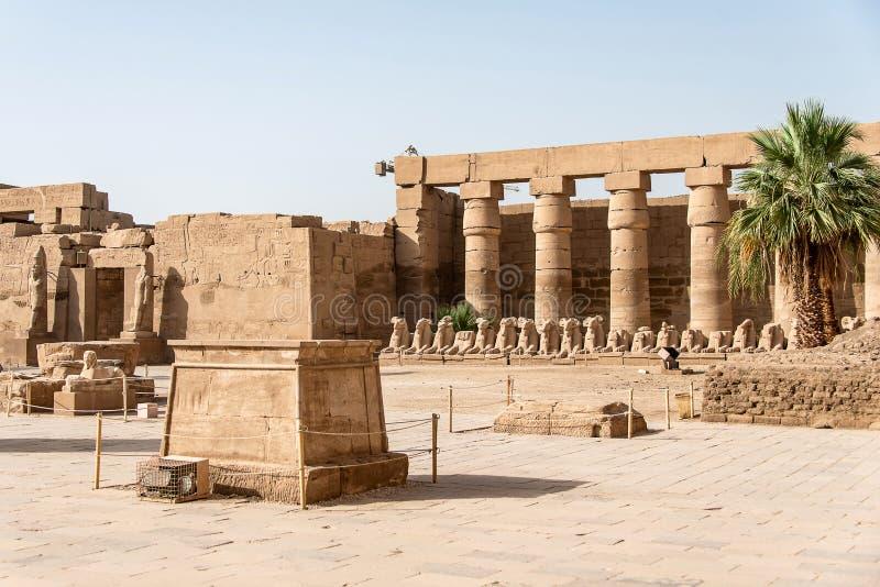 Anscient świątynia Karnak w Luxor, Archology Ruine Thebes Egipt obok Nile rzeki - obrazy stock