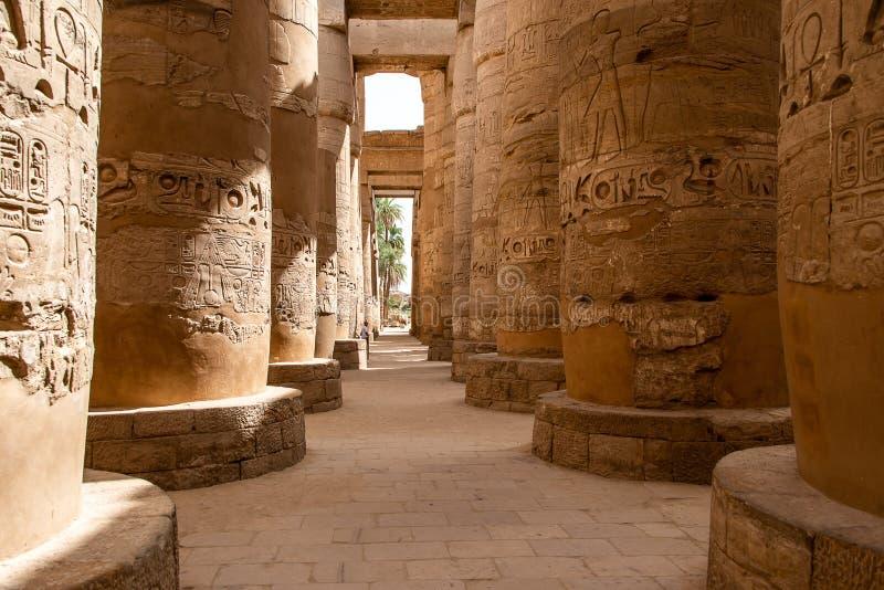 Anscient świątynia Karnak w Luxor, Archology Ruine Thebes Egipt obok Nile rzeki - fotografia stock