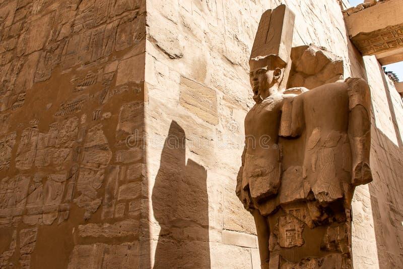 Anscient świątynia Karnak w Luxor, Archology Ruine Thebes Egipt obok Nile rzeki - zdjęcia stock