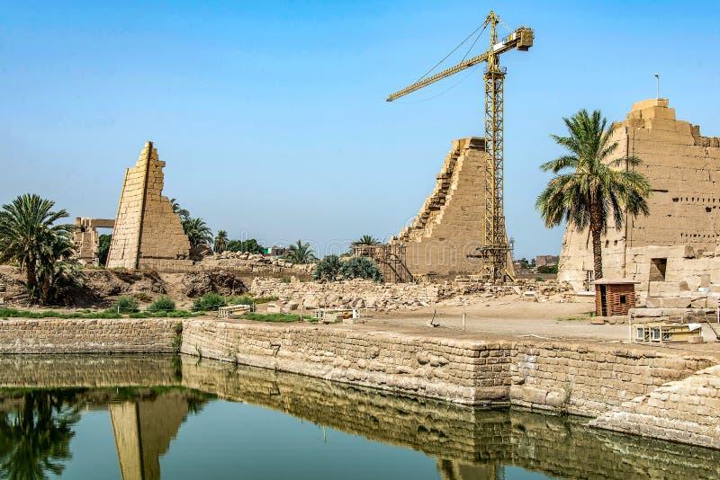 Anscient świątynia Karnak w Luxor, Archology Ruine Thebes Egipt obok Nile rzeki - zdjęcie stock