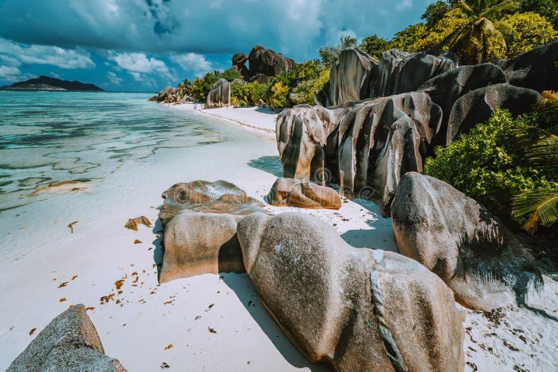 Anse źródła d «Argent - raj plaża z dziwacznymi skałami, błękitna laguny woda na losu angeles Digue wyspie w Seychelles zdjęcie stock