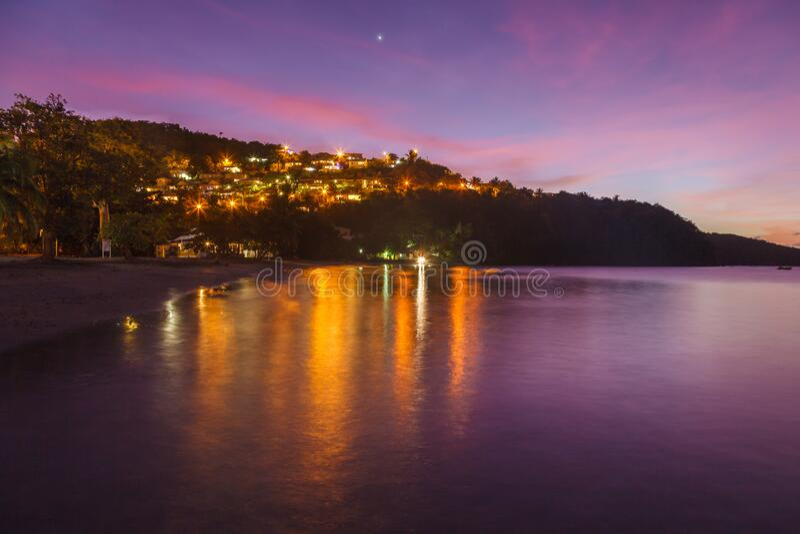 Anse a l'Ane海滩的景观和色彩缤纷的黄昏的宁静海湾,马提尼克岛宁静的加勒比海 免版税图库摄影