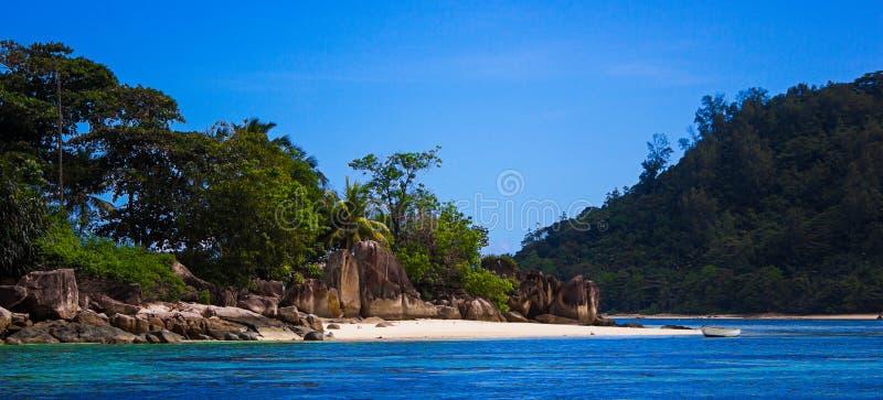 anse lacio海景塞舌尔群岛天空向水扔石头 免版税图库摄影