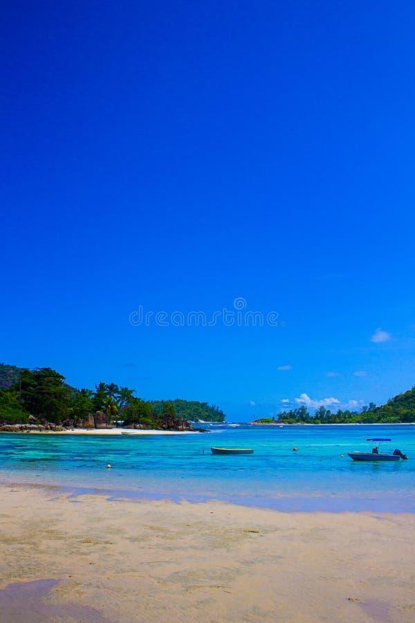 anse lacio海景塞舌尔群岛天空向水扔石头 免版税库存图片