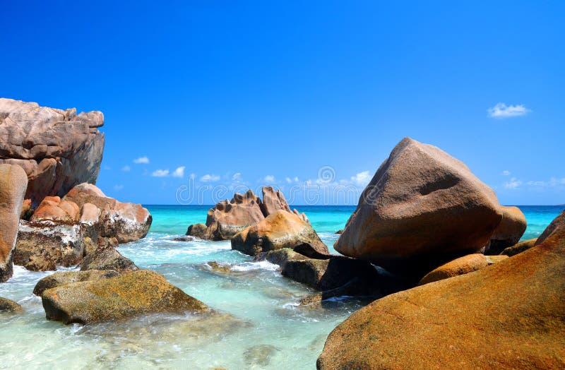 Anse Patates海滩、La Digue岛、印度洋、Seyshelles的大花岗岩 免版税库存照片