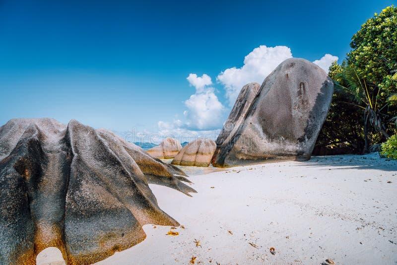 Anse-Quelle d 'Argent - erstaunlicher tropischer Strand mit enormen Granitflusssteinen auf La Digue-Insel, Seychellen stockbilder