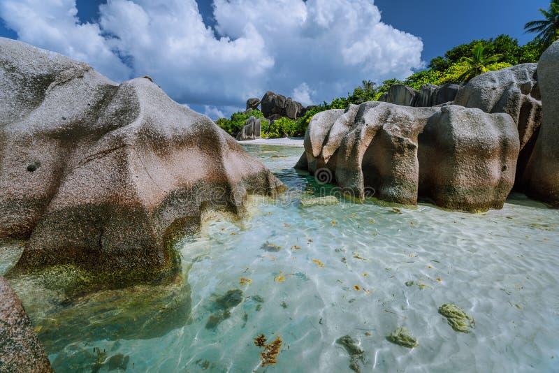 Anse-Quelle d 'Argent vom schönsten Strand auf der Welt Enorme Granitflusssteine, flache blaue Lagune und stockfotografie