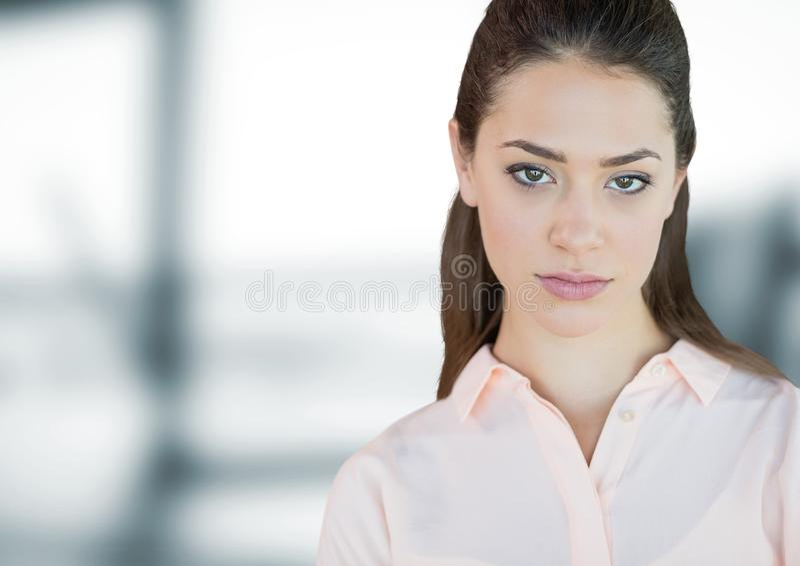 Anseende för affärskvinna mot blå suddig bakgrund arkivfoto