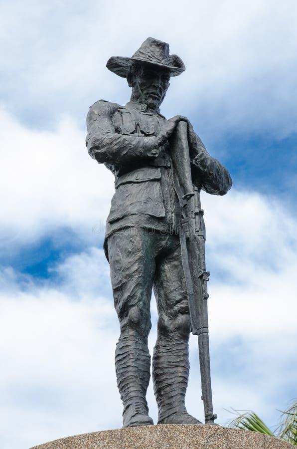 Anseende för Anzac statymonument mot molnig dag för blå himmel på den Anzac bron royaltyfria bilder