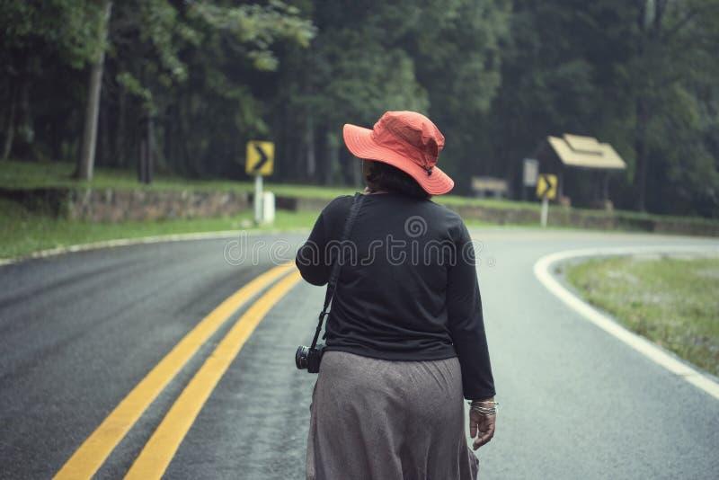 Anseende för kvinna för frihetshipsterhandelsresande på vägen och tycka om arkivbilder