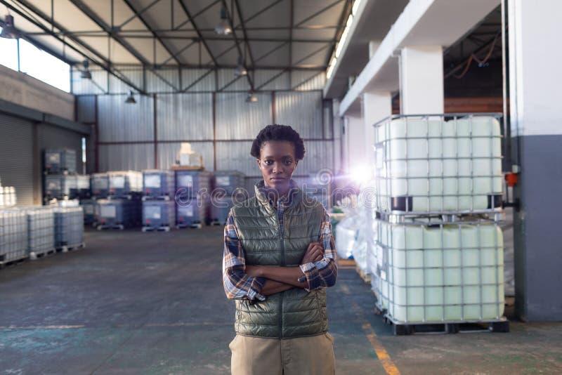 Anseende för kvinnlig personal med armar som korsas i lager royaltyfri bild