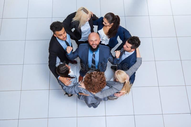 Anseende för leende för grupp för affärsfolk lyckligt på den bästa sikten för modernt kontor royaltyfria bilder