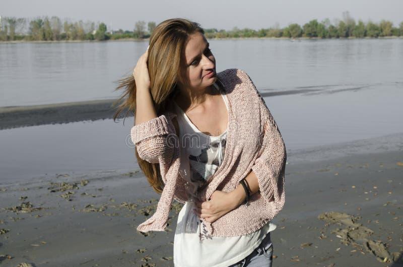 Anseende för ung kvinna nära floden royaltyfria bilder
