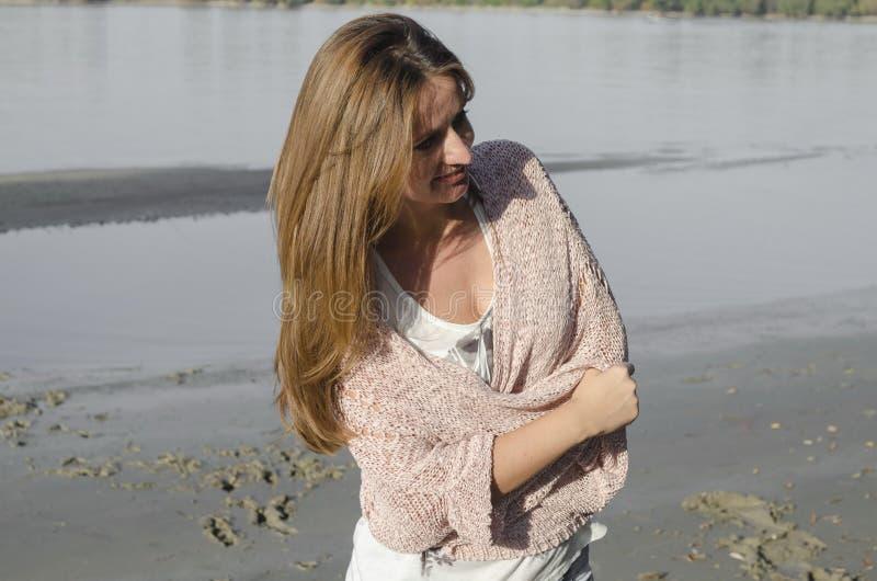 Anseende för ung kvinna nära floden royaltyfri fotografi